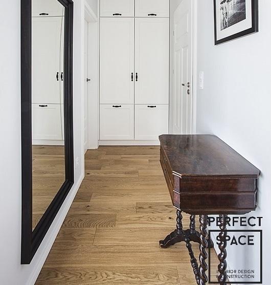 aranzacja-waskiego-korytarza-z-lustrem-i-stolikiem