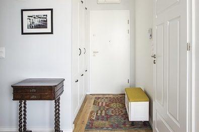 aranzacja-waskiego-korytarza-z-siedziskiem-i-zabudowana-szafa